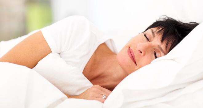 Fases sueño REM_mujer durmiendo