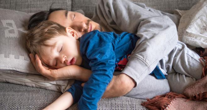 Echarse siesta padre e hijo