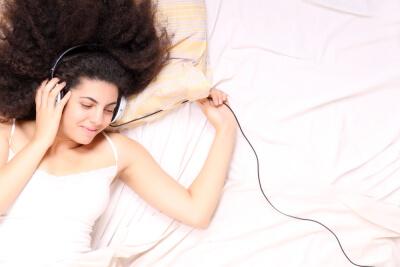 Ruido blanco chica en la cama