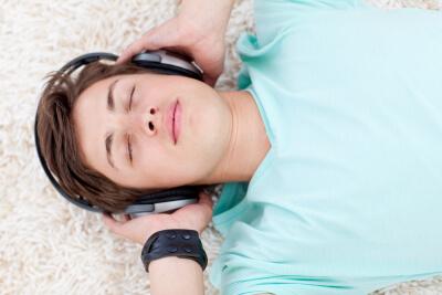 Ruido blanco chico escuchando música